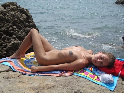 乳首がピンク色で小麦色の肌の西洋美少女のヌード画像 2