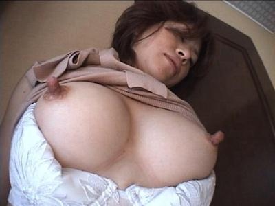 長い乳首が勃起してる乳首画像 2