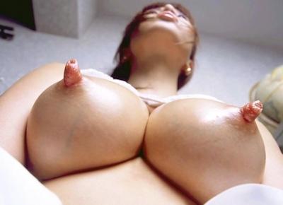 長い乳首が勃起してる乳首画像 17