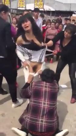 女性同士のケンカで服を脱がされちゃってる中国女性 1