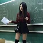 ミニスカ&上げ底ブーツのギャル系美人英語教師が話題!?
