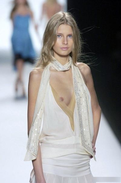 ファッションショーで乳首が見えてるモデルの画像 4