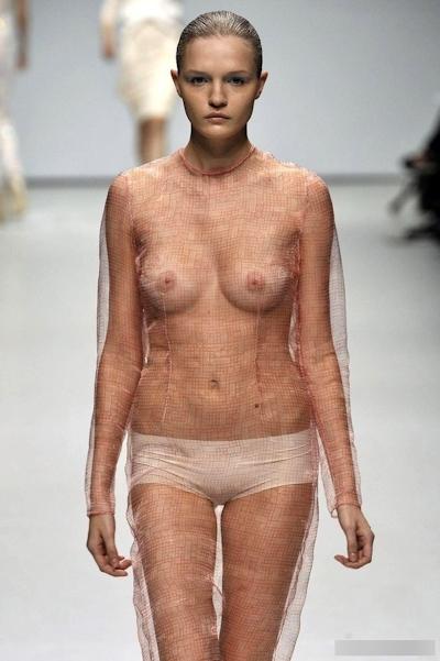 ファッションショーで乳首が見えてるモデルの画像 5