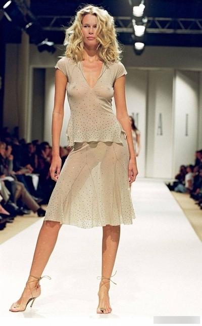 ファッションショーで乳首が見えてるモデルの画像 7