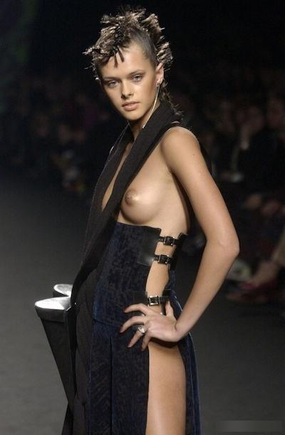 ファッションショーで乳首が見えてるモデルの画像 10