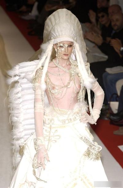 ファッションショーで乳首が見えてるモデルの画像 14