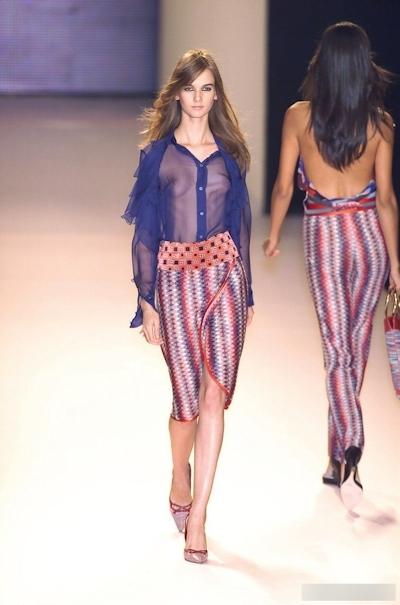 ファッションショーで乳首が見えてるモデルの画像 17