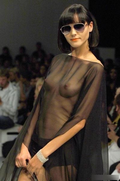 ファッションショーで乳首が見えてるモデルの画像 18