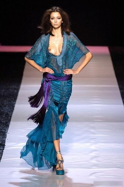 ファッションショーで乳首が見えてるモデルの画像 20