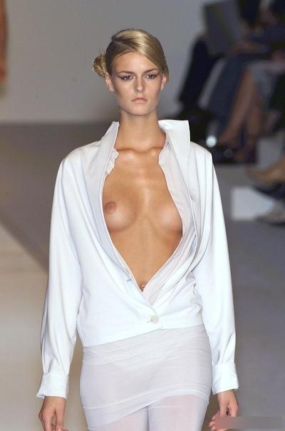 ファッションショーで乳首が見えてるモデルの画像 22