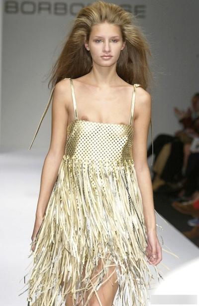 ファッションショーで乳首が見えてるモデルの画像 24