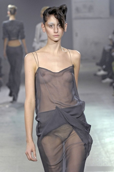 ファッションショーで乳首が見えてるモデルの画像 25