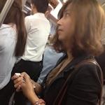 電車内で胸元から乳首が見えちゃってる!?美女の画像
