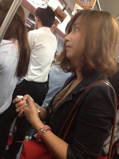 電車内で胸元から乳首が見えちゃってる!?美女の画像 2