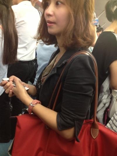 電車内で胸元から乳首が見えちゃってる!?美女の画像 6