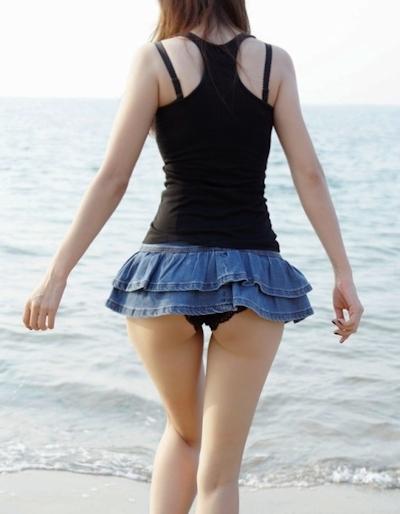 誰もいないビーチで全裸になってる素人女性のヌード画像 1