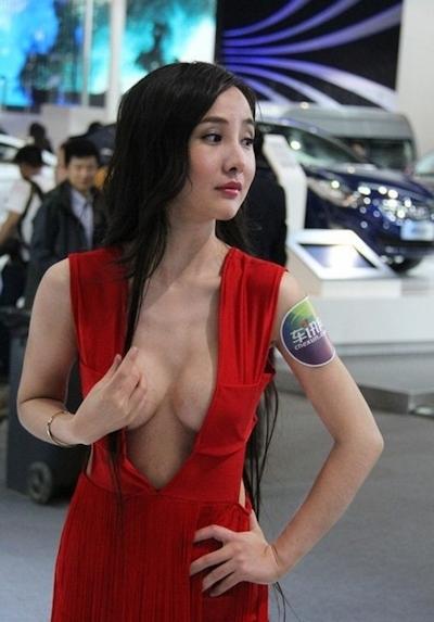 セクシーすぎる中国のモーターショーコンパニオンの画像 1