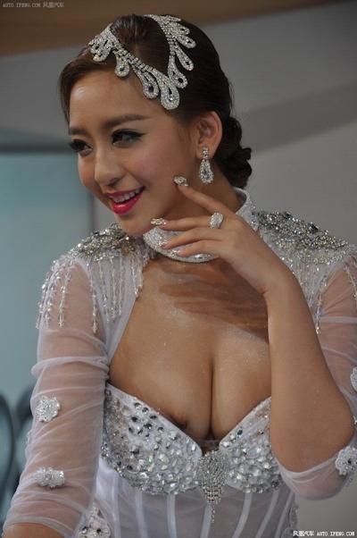 セクシーすぎる中国のモーターショーコンパニオンの画像 21