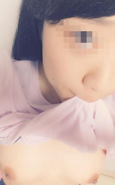 日本の20歳ロリ系美少女の自分撮りおっぱい画像 1