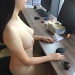 部下の巨乳女性を職場で撮影したヌード画像