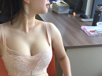部下の巨乳女性を職場で撮影したヌード画像 1