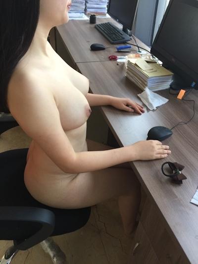 部下の巨乳女性を職場で撮影したヌード画像 4
