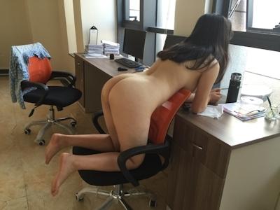 部下の巨乳女性を職場で撮影したヌード画像 5