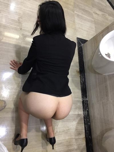 部下の巨乳女性を職場で撮影したヌード画像 7
