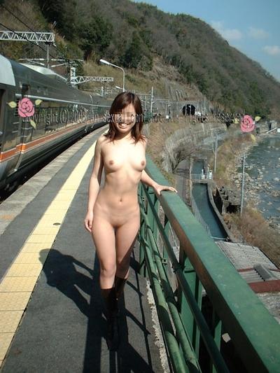 日本の素人美女の野外露出ヌード画像 12