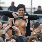 野外ライブでおっぱい出しちゃってる女性のおっぱい画像特集2