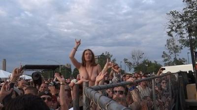 野外ライブでおっぱい出しちゃってる女性のおっぱい画像 1