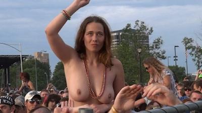 野外ライブでおっぱい出しちゃってる女性のおっぱい画像 3
