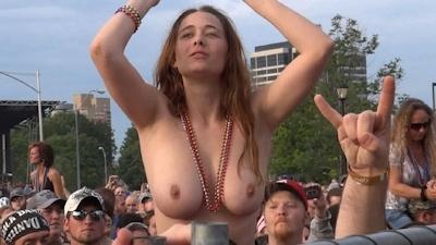 野外ライブでおっぱい出しちゃってる女性のおっぱい画像 4