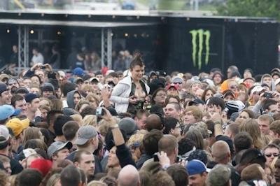 野外ライブでおっぱい出しちゃってる女性のおっぱい画像 7