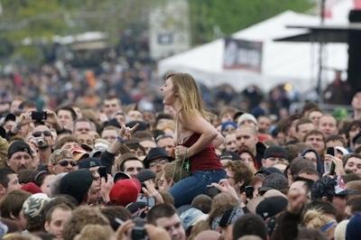 野外ライブでおっぱい出しちゃってる女性のおっぱい画像 8