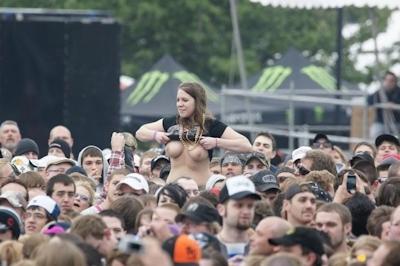 野外ライブでおっぱい出しちゃってる女性のおっぱい画像 14