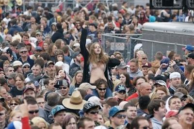 野外ライブでおっぱい出しちゃってる女性のおっぱい画像 15