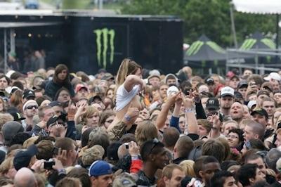 野外ライブでおっぱい出しちゃってる女性のおっぱい画像 17
