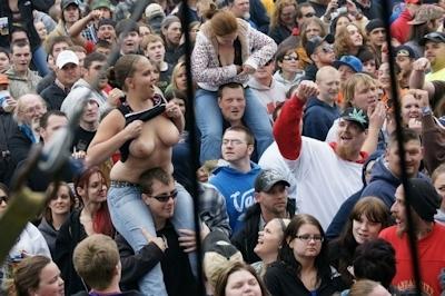 野外ライブでおっぱい出しちゃってる女性のおっぱい画像 18