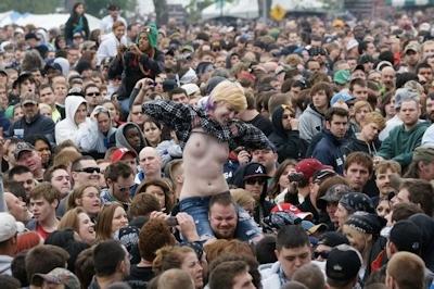 野外ライブでおっぱい出しちゃってる女性のおっぱい画像 19