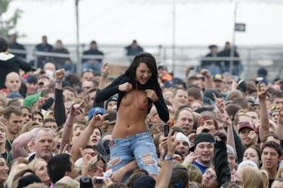 野外ライブでおっぱい出しちゃってる女性のおっぱい画像 21