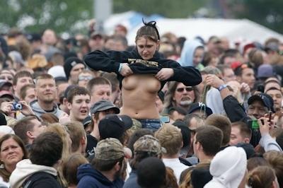 野外ライブでおっぱい出しちゃってる女性のおっぱい画像 23