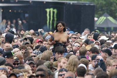 野外ライブでおっぱい出しちゃってる女性のおっぱい画像 26