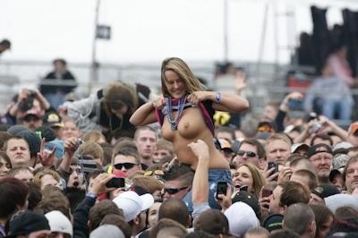 野外ライブでおっぱい出しちゃってる女性のおっぱい画像 30