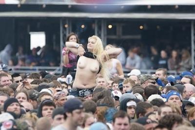 野外ライブでおっぱい出しちゃってる女性のおっぱい画像 31