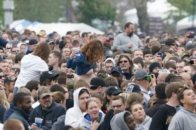 野外ライブでおっぱい出しちゃってる女性のおっぱい画像 32