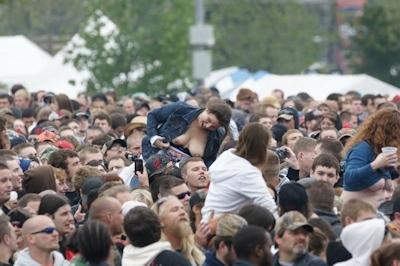 野外ライブでおっぱい出しちゃってる女性のおっぱい画像 33