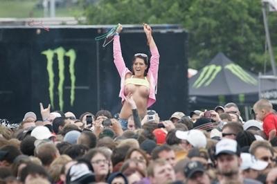 野外ライブでおっぱい出しちゃってる女性のおっぱい画像 35