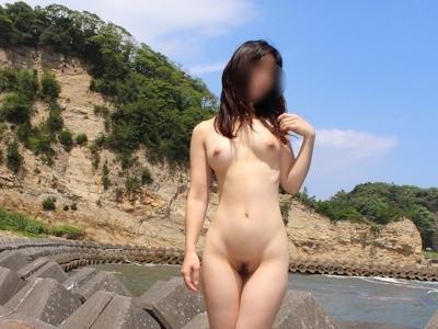 美乳な日本の素人女性の野外露出ヌード画像 13