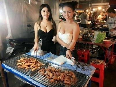 セクシーな2人の女性店員がいるタイのフライドバナナ屋台 1